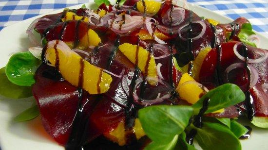 Bonfini : Hauchdünne rote Bete mit Orangen, Feldsalat, roten Zwiebeln und Balsamicocreme