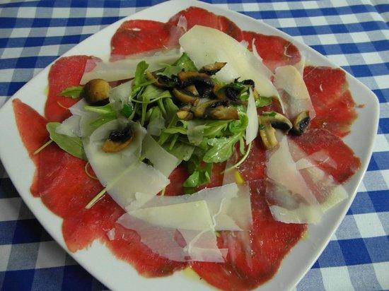 Bonfini: Rindercarpaccio mit Rucola, gebratenen Champignons und Parmesansplittern