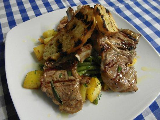 Bonfini: Gegrillte Lammkoteletts auf grünen Bohnen mit Kartoffeln und geröstetem Brot