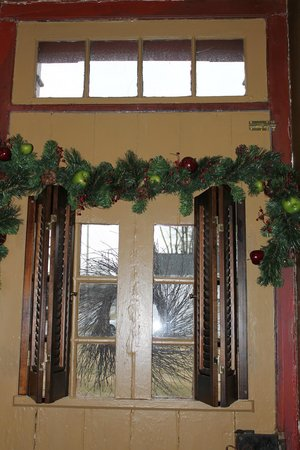 Colonial Crossroads B&B: one of 3 original doors