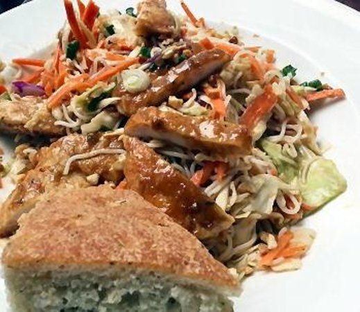 Alexander's Restaurant & Bar : Chicken thai with peanuts and spices