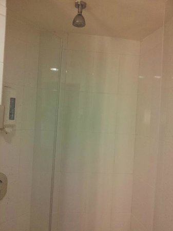 Hotel Ibis Monterrey Valle:                   Cleaning of showerhead required