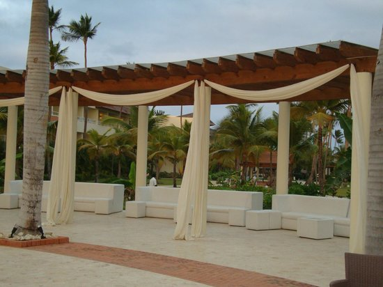 Secrets Royal Beach Punta Cana: Outdoor seating area outside lobby