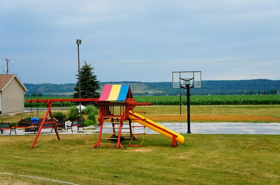 Spring Green Motel: Swing set, basketball court, sand volleyball court, fire pit