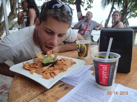 The Lazy Mon Sports & Music Bar:                   Nachos con guacamole + happy hour 2 x 1