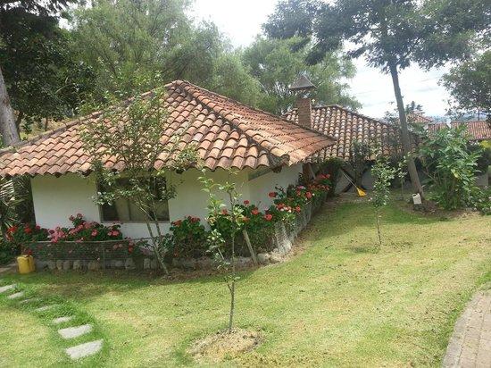 Hosteria Caballo Campana:                   salon y jardines