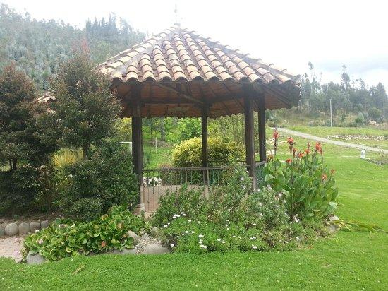 Hosteria Caballo Campana :                   area de descanso en los jardines