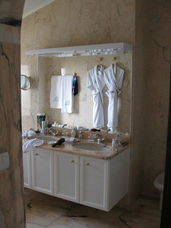 Chateau de la Chevre d'Or:                   bathroom