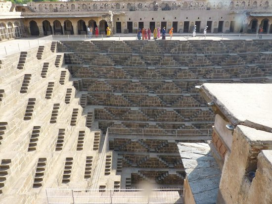 Abhaneri, Indien:                                                       Amazing geometric steps to well