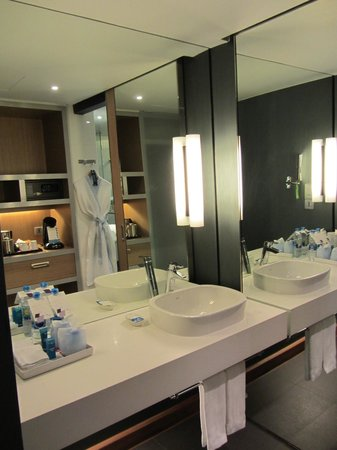 Aloft Bangkok - Sukhumvit 11:                   Bathroom