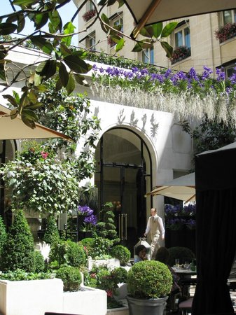 Four Seasons Hotel George V Paris:                   patio