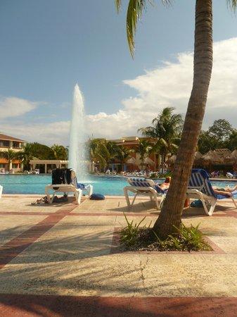 Grand Bahia Principe Coba:                   otra vista de la piscina