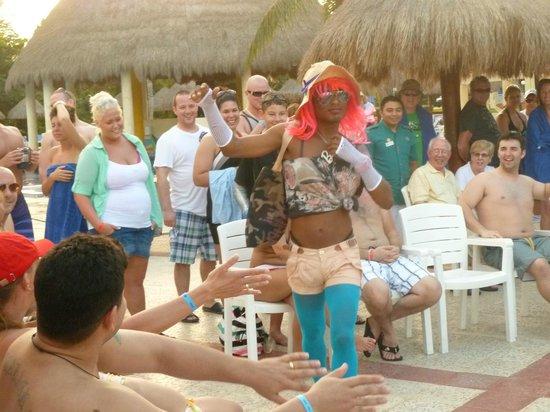 Grand Bahia Principe Coba:                   Los chicos animando en la piscina