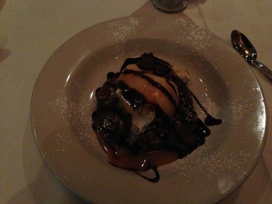 The Grill on Hollywood : Adults Fudge Brownie Pie - could feed two people.