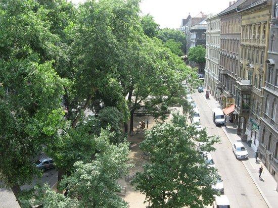 Medosz Hotel:                   Сквер у входа в отель.Вид из окна 5 этажа