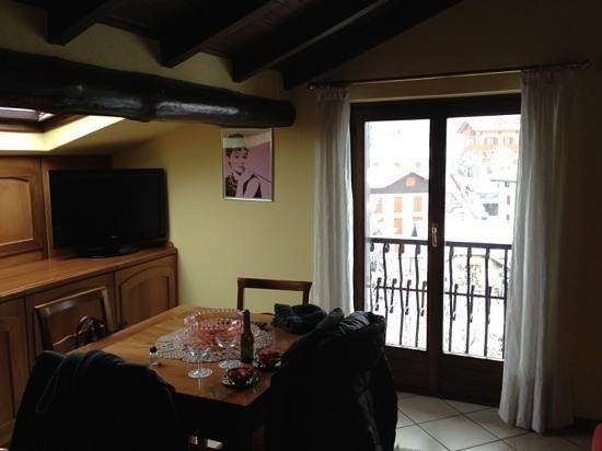 Albergo Relax :                   sala con angolo cottura