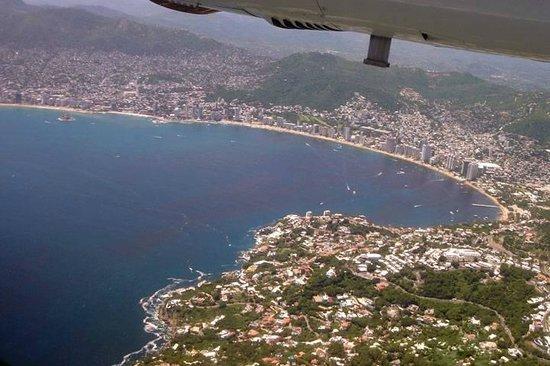 Amueblados Lupita :                                     Desde el avión. Vista de Acapulco Guerrero