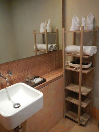 Mercure Samui Chaweng Tana Hotel:                   Neat & spotless bathroom