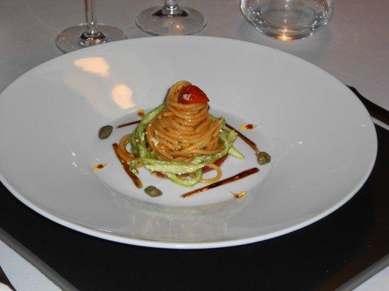 officina cucina spaghetti freddi su carne salada con asparagi marinati