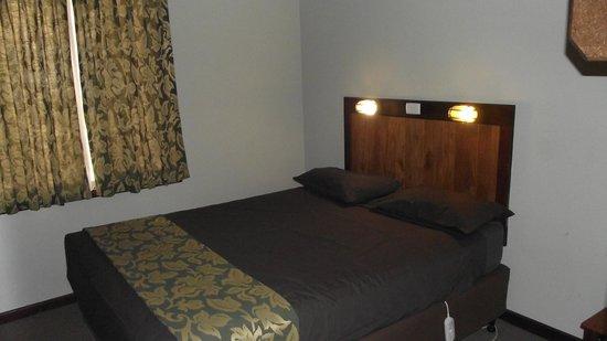 إفيدون بارك بوش ريزورت:                   Cabin main bedroom - horrible lights                 