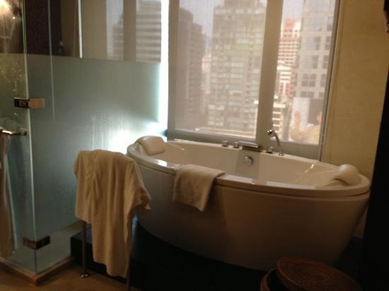 Banyan Tree Bangkok:                   Bad in der 2 Bedroom Suite