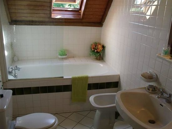 Orval, Francja: salle de bain chambre avec deux lits de  2 personnes