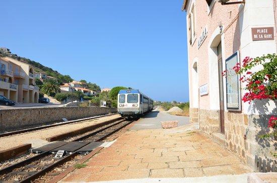 Ile Rousse, Frankrike:                   L'arrivée du train de Balagne dans la gare d'Algajola