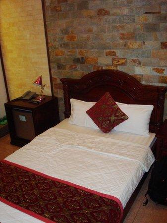 Little Hanoi Diamond Hotel :                   Bed.