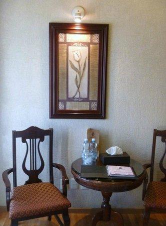 Hotel Morales Historical & Colonial Downtown Core:                   部屋の壁掛けにも気品が