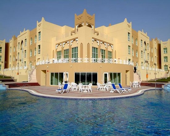 Al Jahra Copthorne Hotel & Resort: Hotel Swimming Pool and Sports Bar