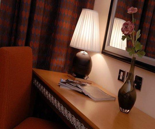 Al Jahra Copthorne Hotel & Resort: Room Work Desk