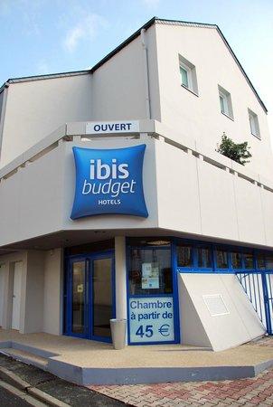 Ibis budget Cholet Centre: Entrée de l'hôtel IBIS Budget, rue des Vieux Greniers