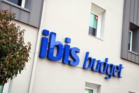 Ibis budget Cholet Centre: Enseigne rue de Bourg Baudry