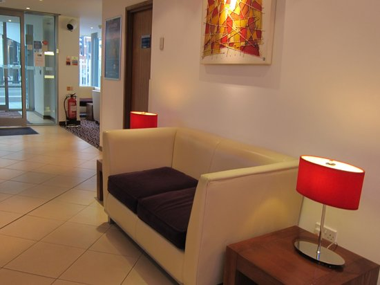 Holiday Inn Express London-Swiss Cottage:                   Lobby area