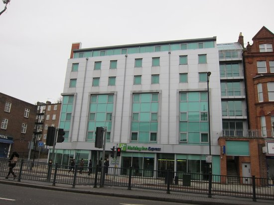 Holiday Inn Express London-Swiss Cottage:                   Hotel Exterior