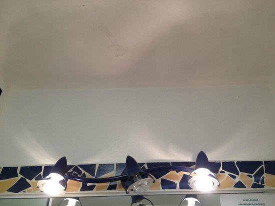 Le Manganao Hotel Club Paladien:                   lampe grillée et traces de chaussures dans la salle d'eau