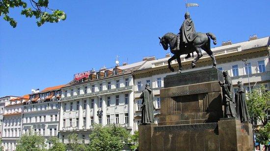 Grand Hotel Bohemia:                   Памятник Вацлаву