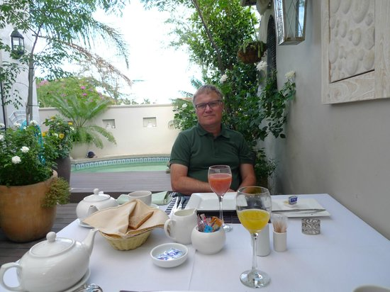Point B Guest House:                   Nice breakfast in the garden