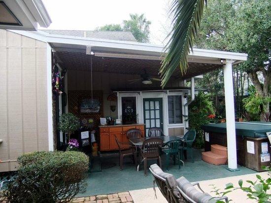 Lions Inn Bed & Breakfast :                   The patio.