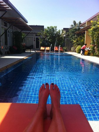 Phu NaNa Boutique Hotel:                   relaxing by the pool