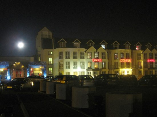 Yeats Country Hotel, Spa and Leisure Centre:                   Hotel with full moon