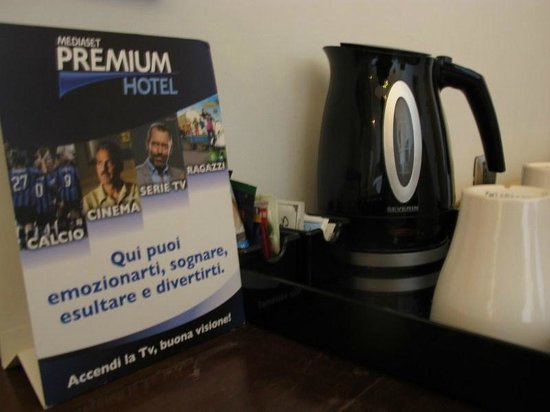 De Rose Palace Hotel: complimentary kettle and TV soccer/movie channel in each room