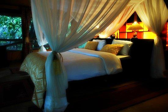 Mara Timbo Camp:                                     Innenansicht eines luxus Zeltes