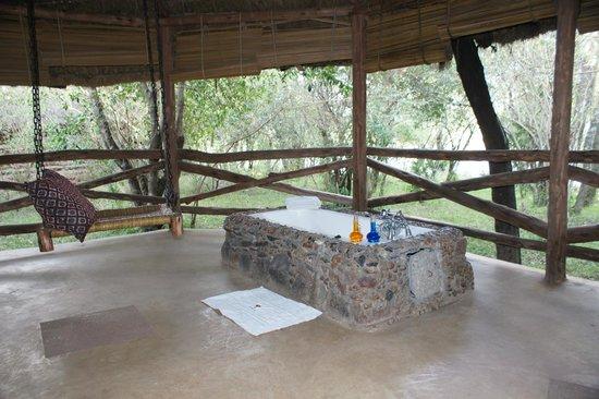 Mara Timbo Camp:                                     Aussenbereich des Zeltes: Bad und Schaukel