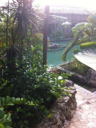 Van der Valk Kontiki Beach Resort:                   kamers, tuin en zwembad
