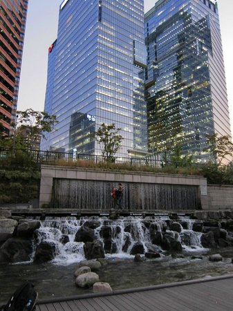 Cheonggyecheon:                   Seoul city above the river