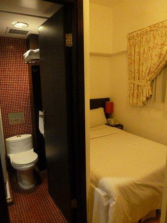 Bridal Tea House Hotel (Tai Kok Tsui - Li Tak Street):                   bed and bathroom