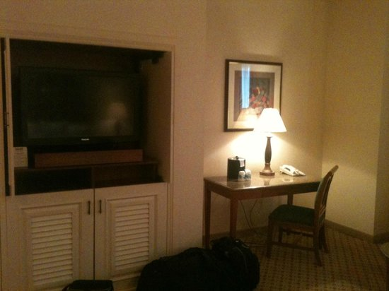 Harrah's North Kansas City:                   TV & desk area