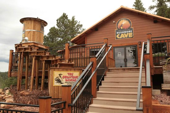 Rush Mountain Adventure Park : Entrance to Visitor Center at Rushmore Cave