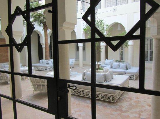 Riad Nashira & Spa:                   dalla sala ristorante si vede il cortile